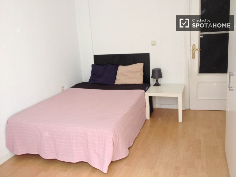 Chambre extérieure en appartement partagé à Chueca, Madrid