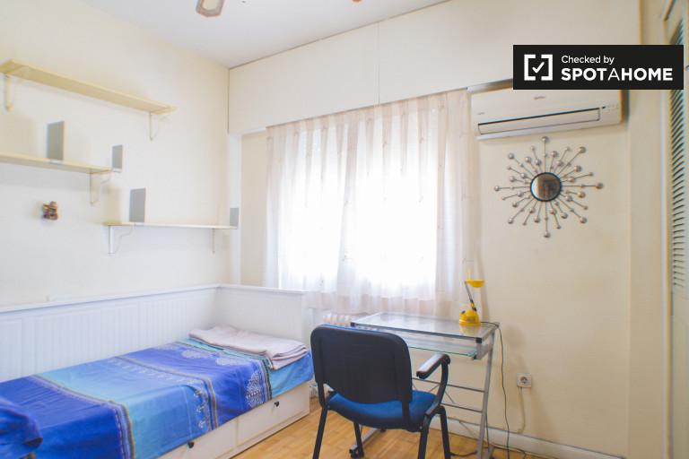 Grande chambre dans un appartement de 3 chambres à Prosperidad, Madrid