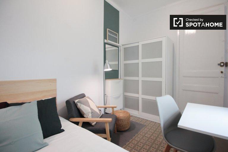 Gràcia, Barselona'da 5 yatak odalı dairede modern oda