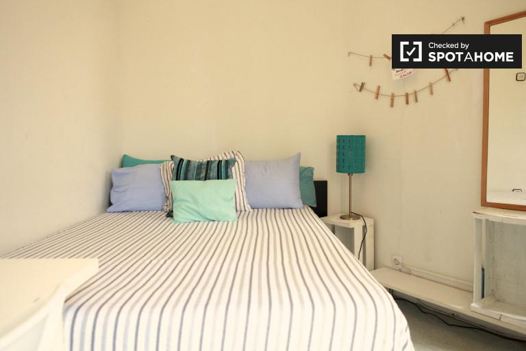Leuchtendes Zimmer in 4-Zimmer-Wohnung in Eixample, Barcelona
