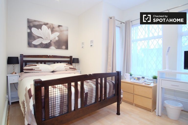 Room for rent in 2-bedroom apartment in Palmers Green