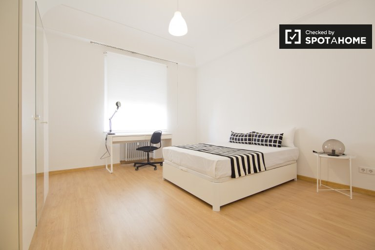 Double Bed in Furnished rooms for rent in a 10-bedroom apartment in Moncloa