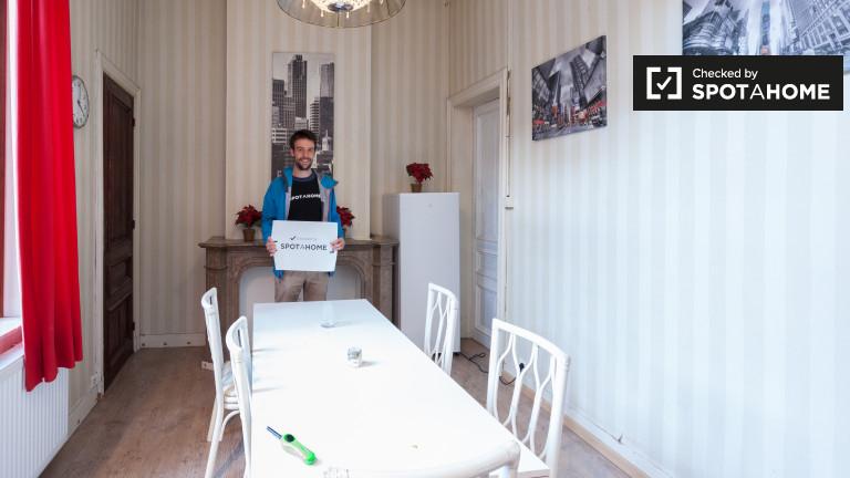 Wspaniały pokój w 10-pokojowym apartamencie w Schaerbeek w Brukseli
