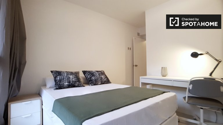 Spacious room in 8-bedroom apartment in Poble-sec Barcelona