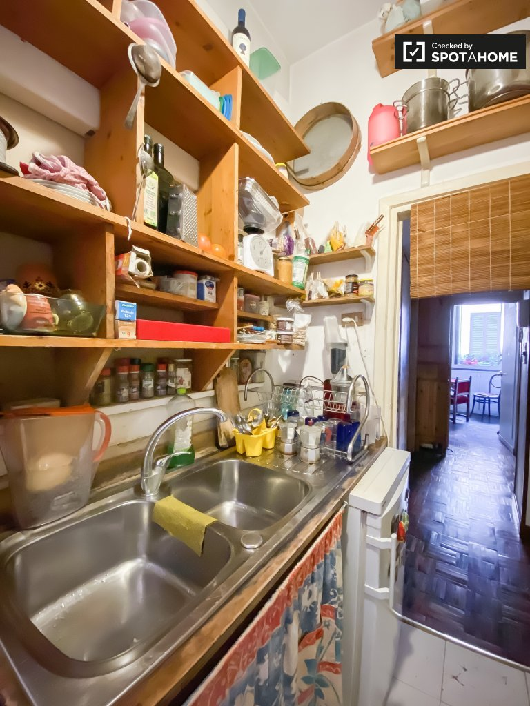Rooms for rent in apartment with 3 bedrooms in Trastevere