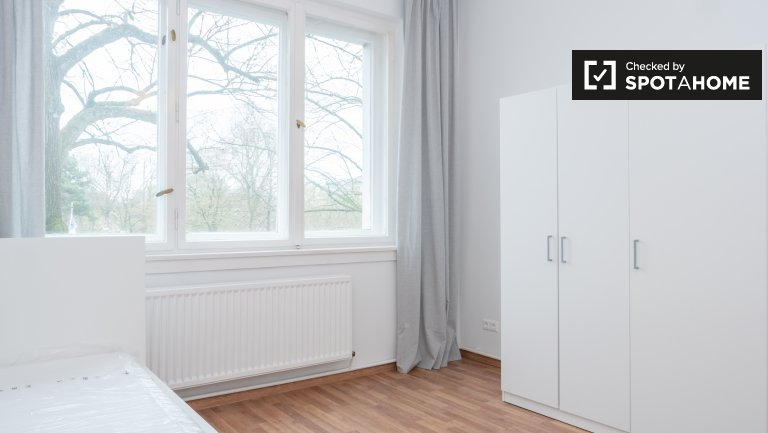 Light room for rent in apartment with 2 bedrooms in Neukölln