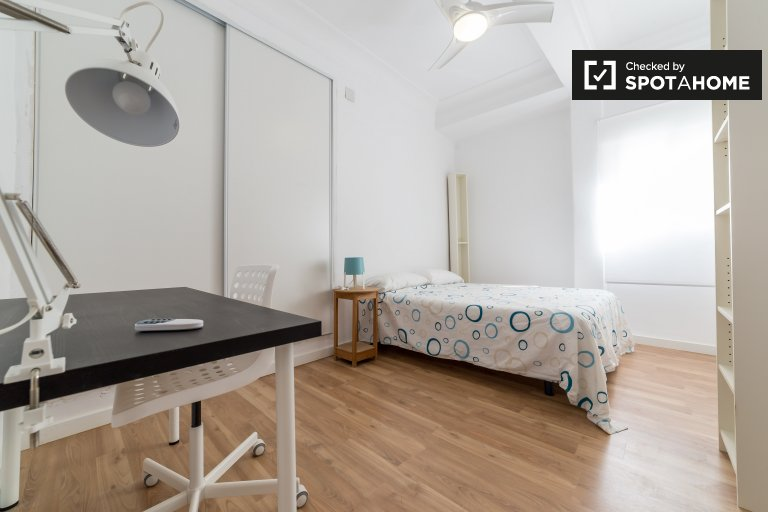 Double Bed in Rooms for rent in 3-bedroom apartment with AC in Mislata