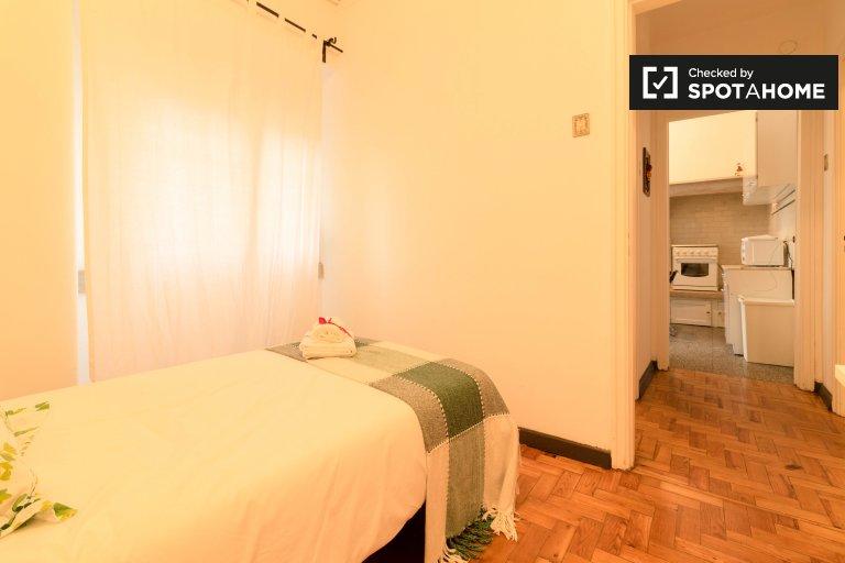 Przytulny pokój do wynajęcia w 5-pokojowym mieszkaniu w Arroios