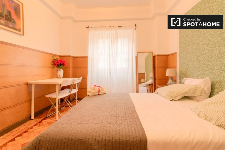 Chambre lumineuse à louer dans un appartement de 5 chambres à Arroios