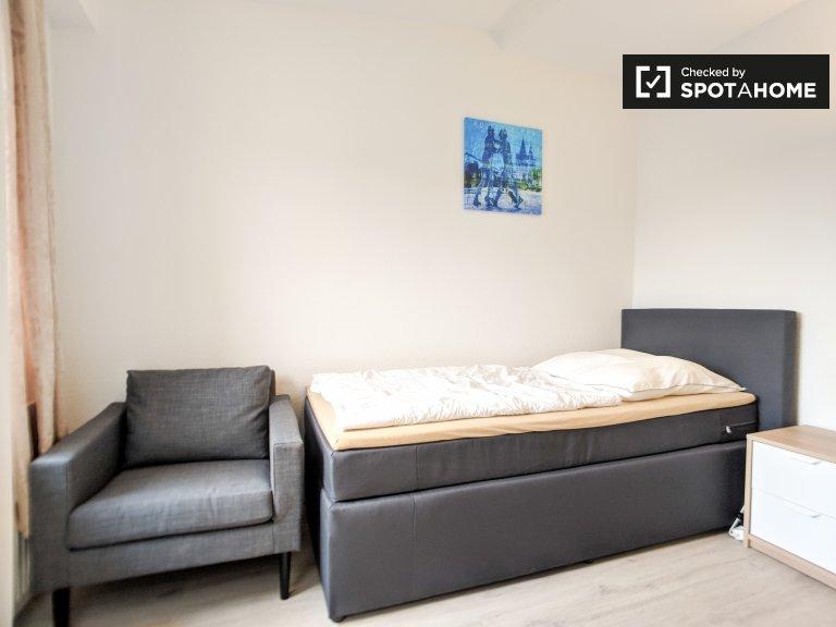 Helles Zimmer in einem Apartment mit 3 Schlafzimmern in Mitte, Berlin