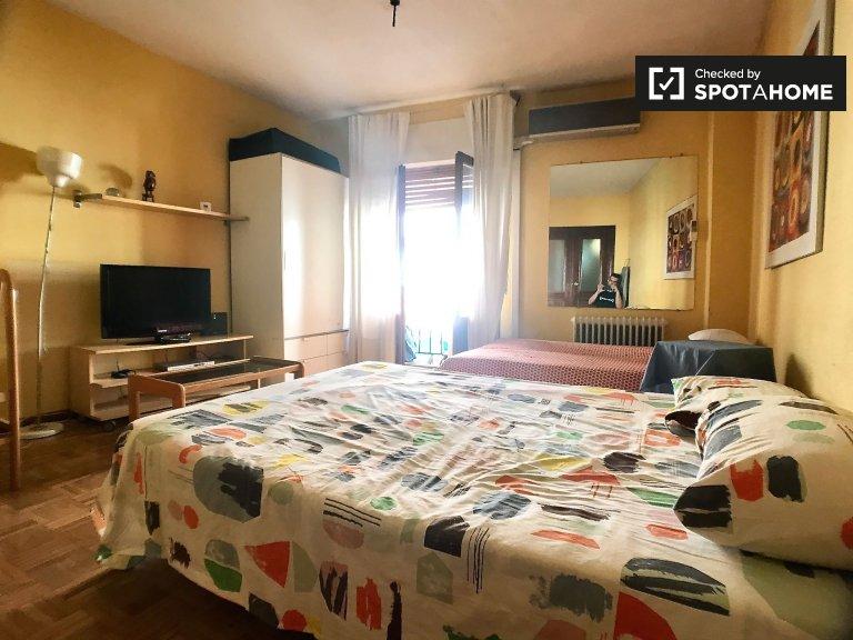 Amplia habitación en alquiler en apartamento de 4 dormitorios, La Latina