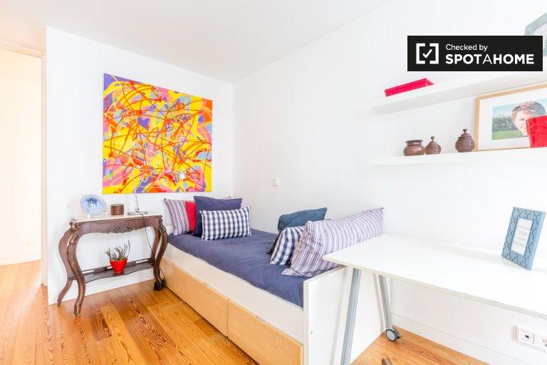 Aufgeräumtes Zimmer in 4-Zimmer-Wohnung in Parque das Nações