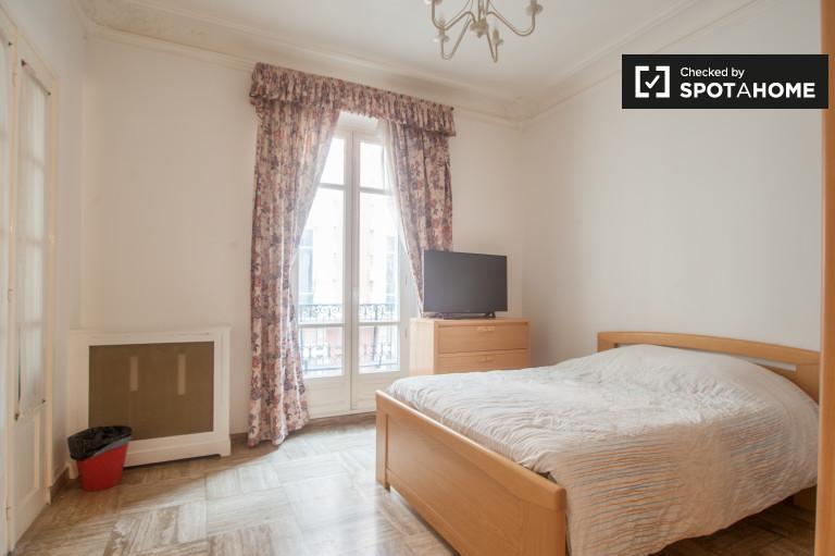 Ogromny pokój we wspólnym mieszkaniu w Passy, Paryż
