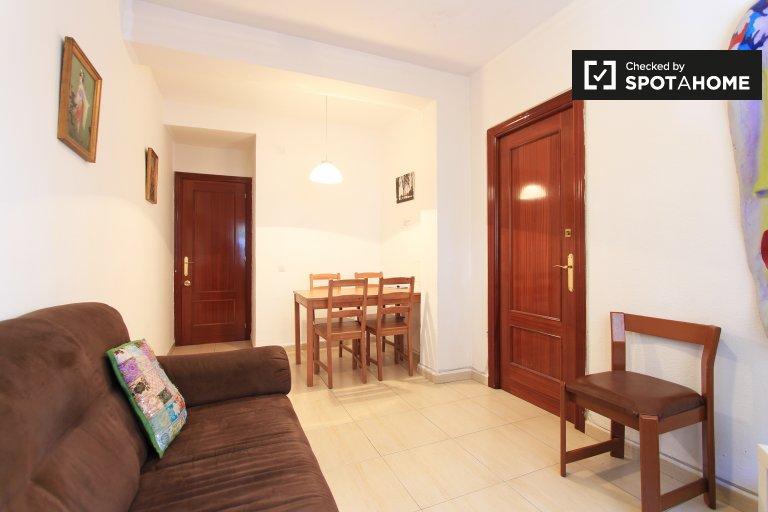 Large room for rent in 3-bedroom apartment, Legazpi, Madrid