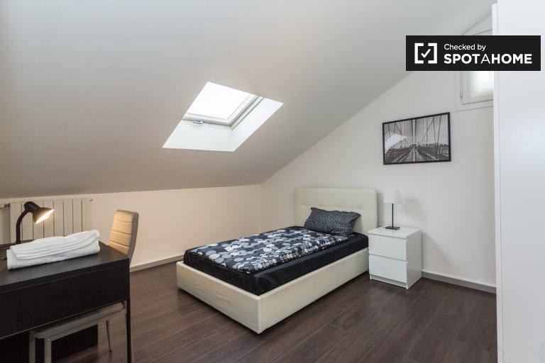 Se alquila habitación en apartamento de 4 dormitorios en Affori Centro, Milán