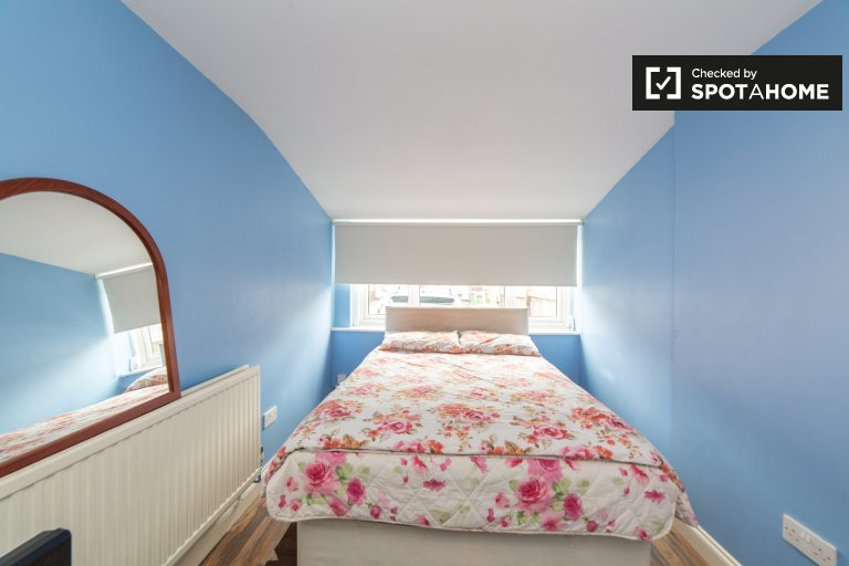 Greenwich, Londra'da 3 yatak odalı apartman dairesinde kiralık oda