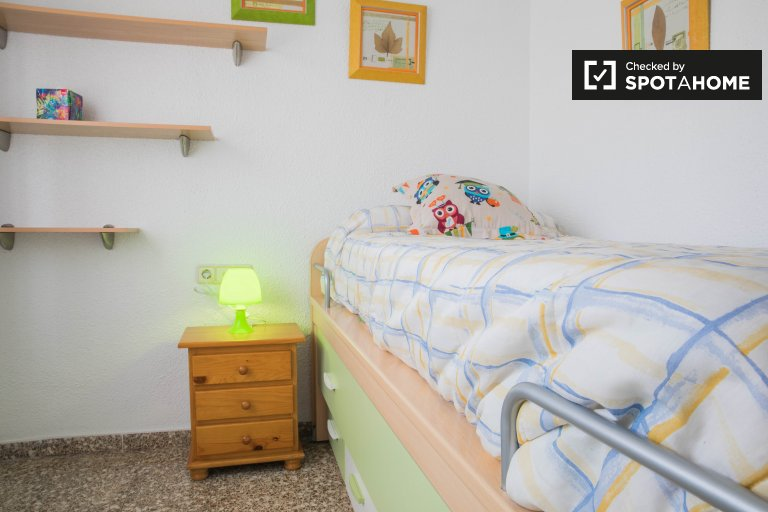 Single Bed in Rooms for rent in bright 2-bedroom apartment with AC in Jesús