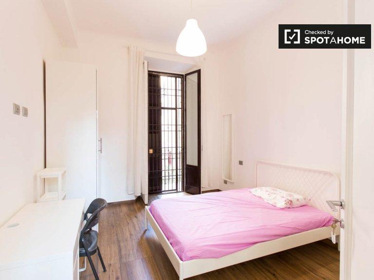 Arrumo quarto para alugar em apartamento de 9 quartos em Città Studi
