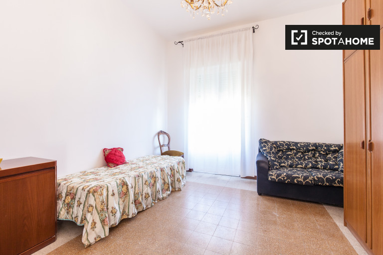 Einzelzimmer mit Kleiderschrank in der Wohnung in Libia, Rom
