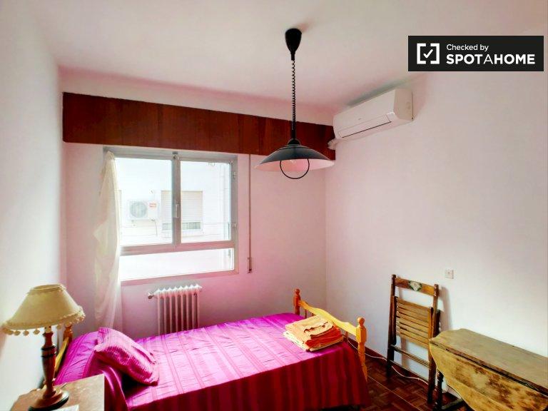 Słoneczny pokój w apartamencie z 3 sypialniami w Pacifico w Madrycie