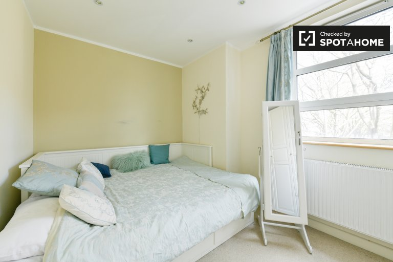 Room to rent in 2-bedroom flat in Battersea, London