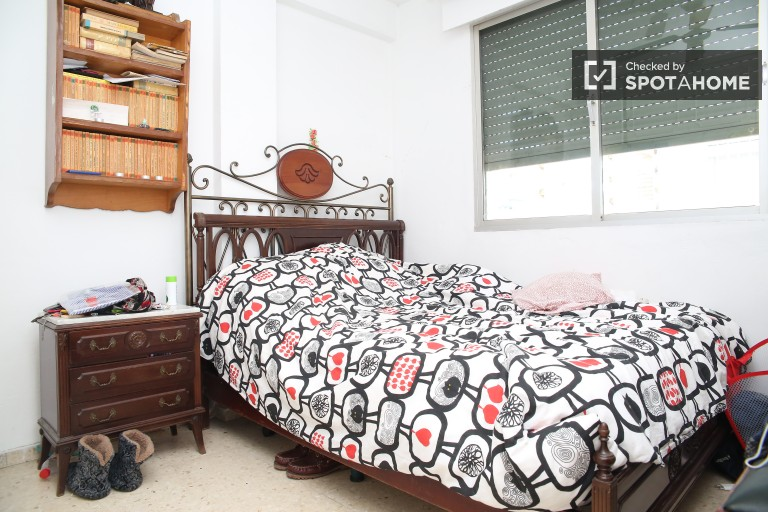 Double Bed in 3 bedrooms available in La Macarena, all bills included