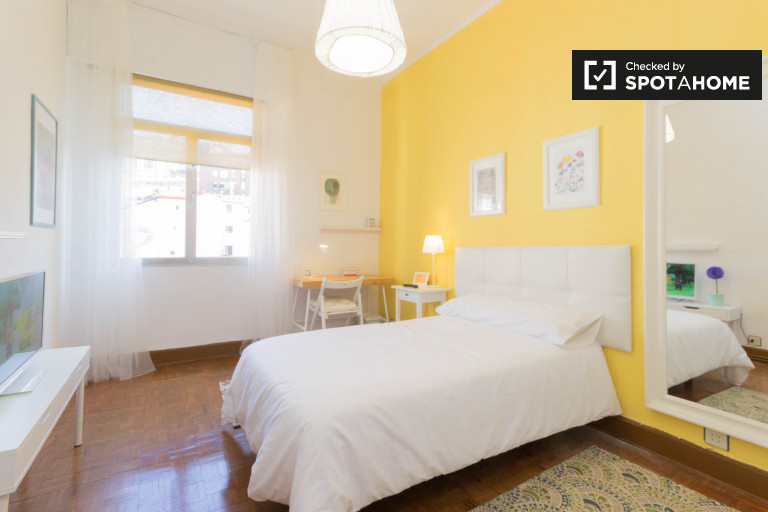 Single Bed in Rooms for rent in 5-bedroom apartment with equipped kitchen in Campo Volantin