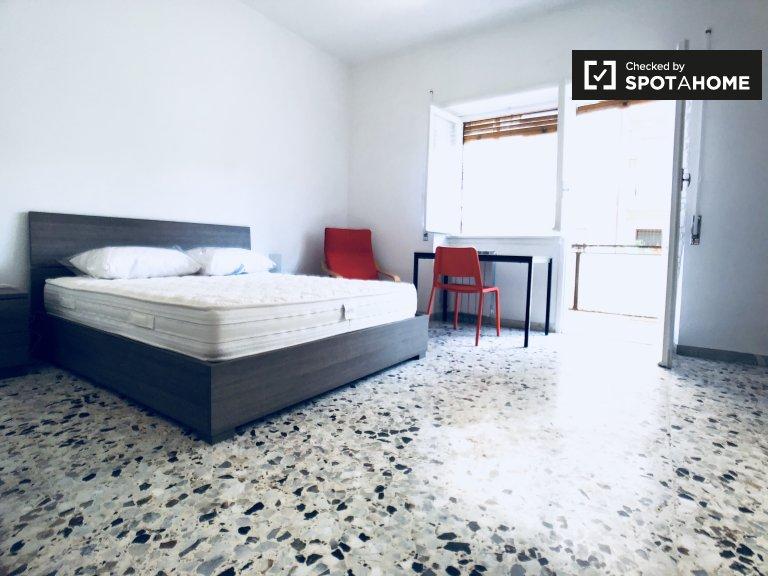 Przestronny pokój w apartamencie z 4 sypialniami w Garbatella w Rzymie