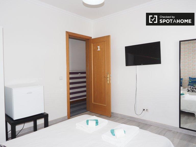 Quarto arrumado em apartamento de 5 quartos em Santo António, Lisboa