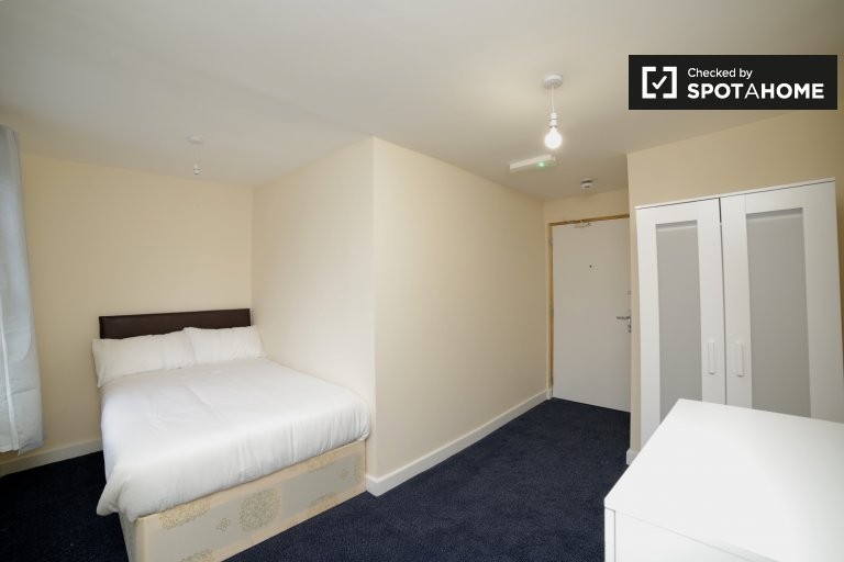 Beautiful room to rent in 10-bedroom house in Tower Hamlets