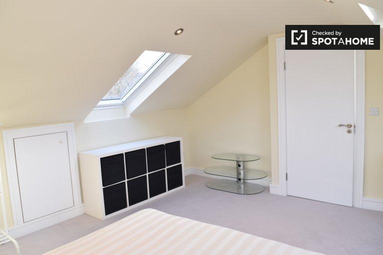 Pokój do wynajęcia w 4-pokojowym mieszkaniu w Carrickmines Wood
