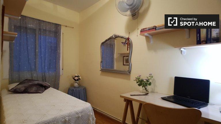 Room for rent in 3-bedroom flat in Barcelona