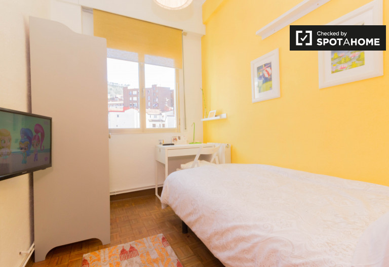 Beautiful room in 5-bedroom apartment in Uribarri, Bilbao