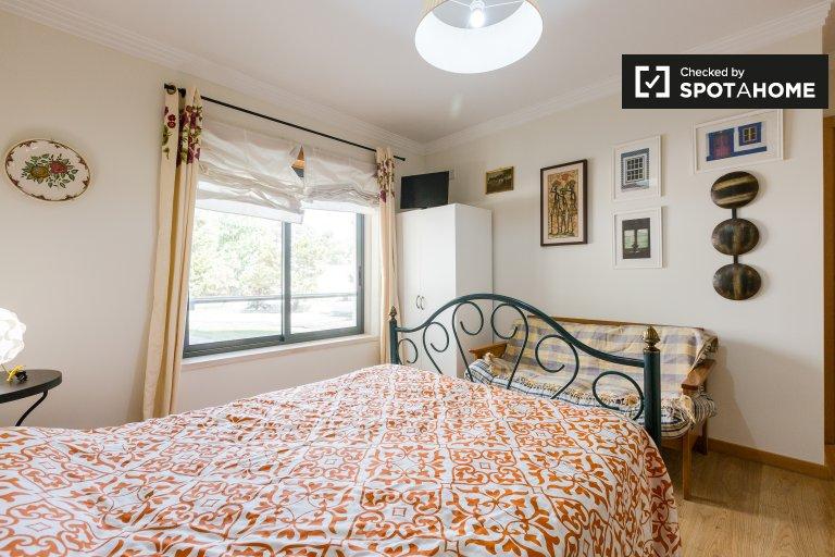 Jasny pokój w apartamencie z 2 sypialniami w Oliva, Lisboa