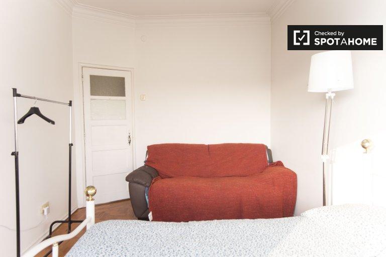Spacious room in residence hall in Encarnação, Libson