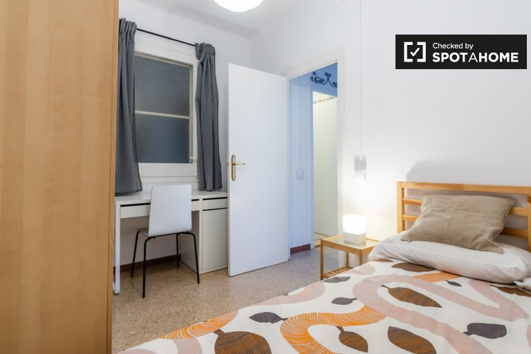 Room for rent in 2-bedroom apartment in Sant Martí