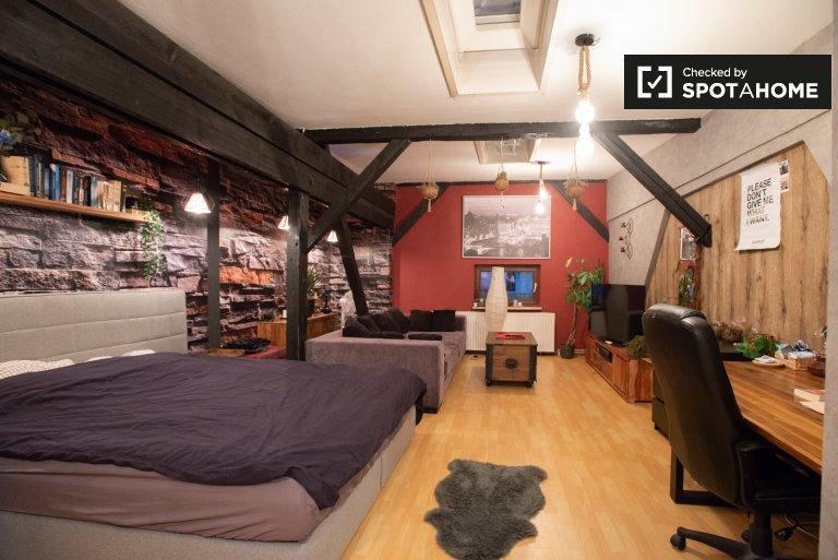 Przestronny pokój do wynajęcia z 4 sypialniami w Mitte