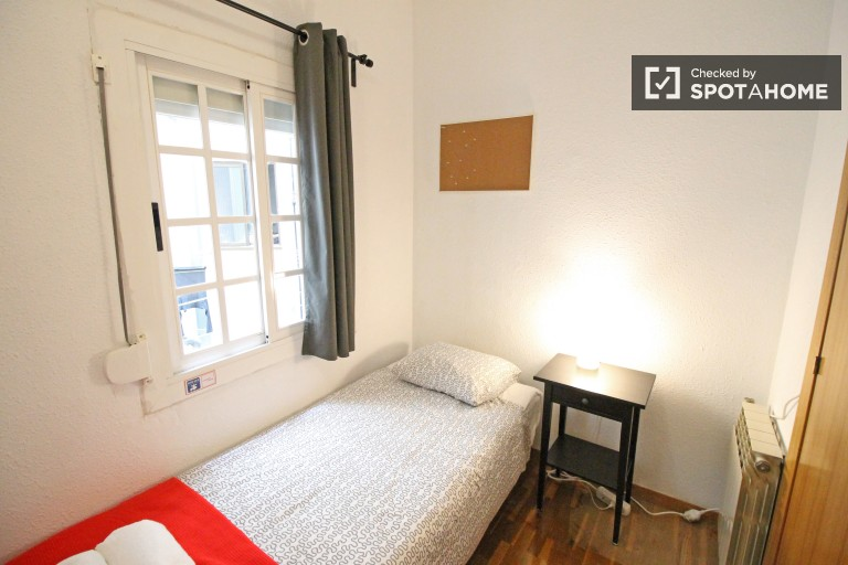 Decorated room in 4-bedroom apartment in Eixample, Barcelona