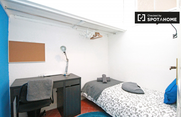 Single Bed in Rooms for rent in a 6-bedroom apartment with balcony in El Born
