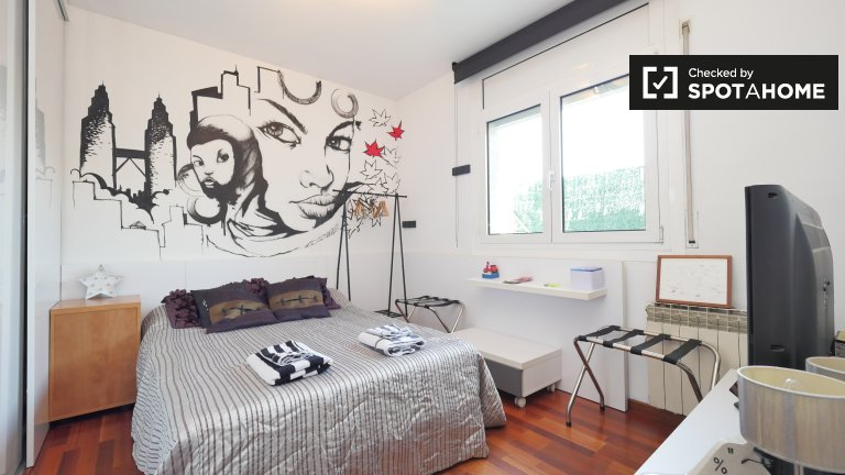 Room in 3-bedroom apartment in Horta-Guinardó, Barcelona