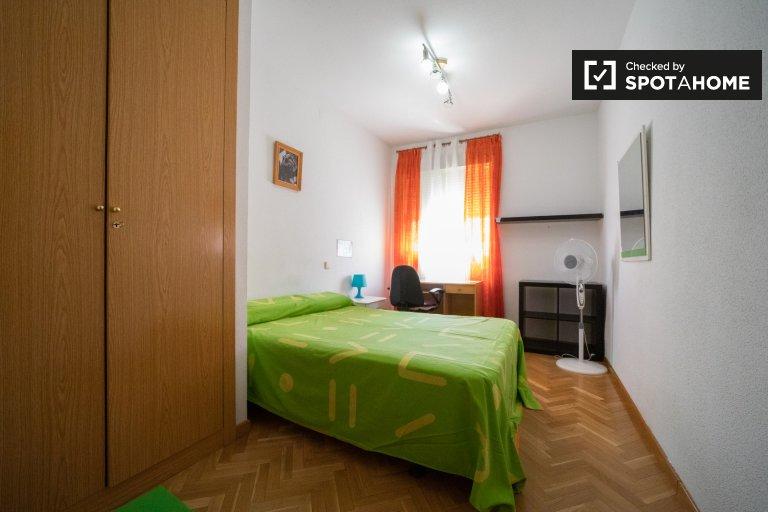 Gemütliches Zimmer in 5-Zimmer-Wohnung in Vicálvaro, Madrid