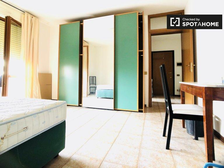 Pokój w ładnym 4-pokojowym mieszkaniu do wynajęcia w pobliżu Marcigliana
