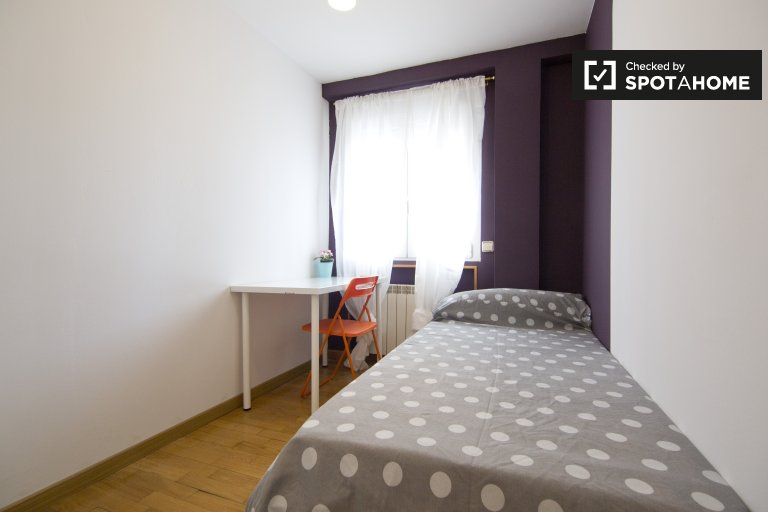 Compact room in 8-bedroom apartment in Aluche, Madrid