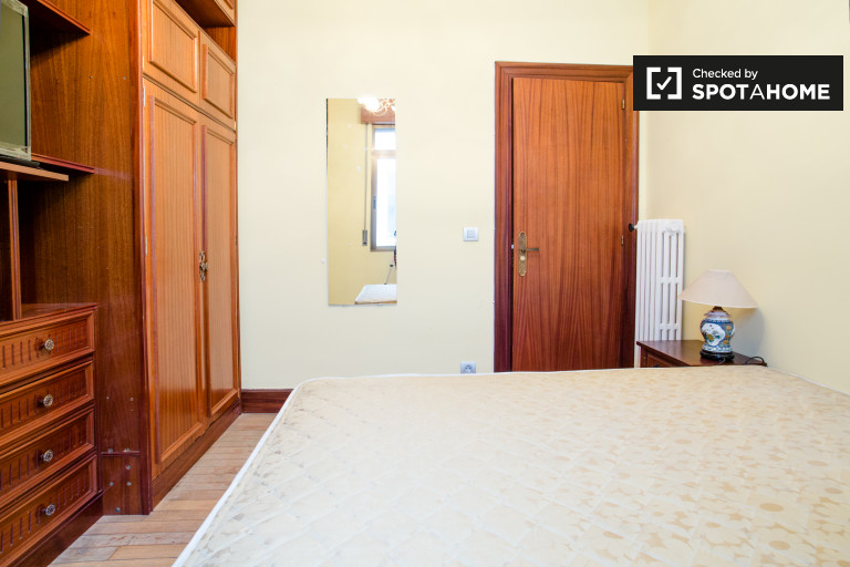 Double Bed in Fully furnished rooms for rent in a 5-bedroom apartment in Zabalburu