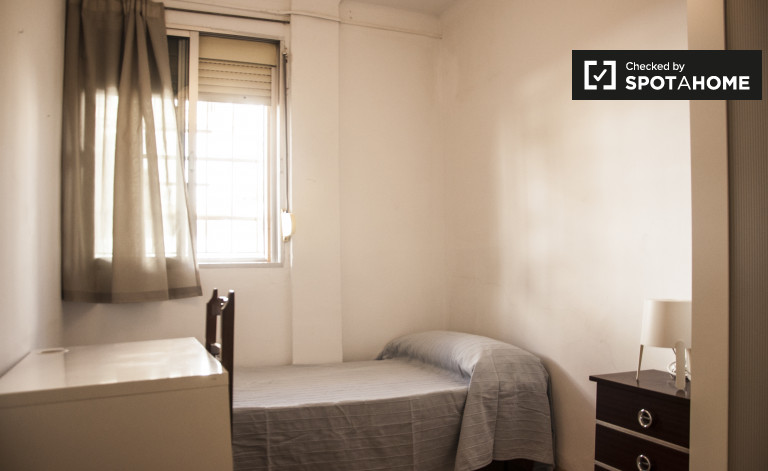 Single Bed in Rooms for rent in bright and modern apartment in Pío XII, Seville
