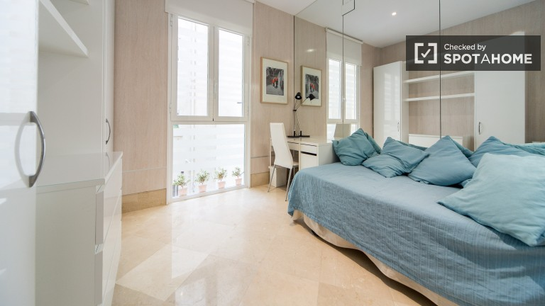 Single Bed in Modern, luminous 2 bedroom apartment in centric Embajadores