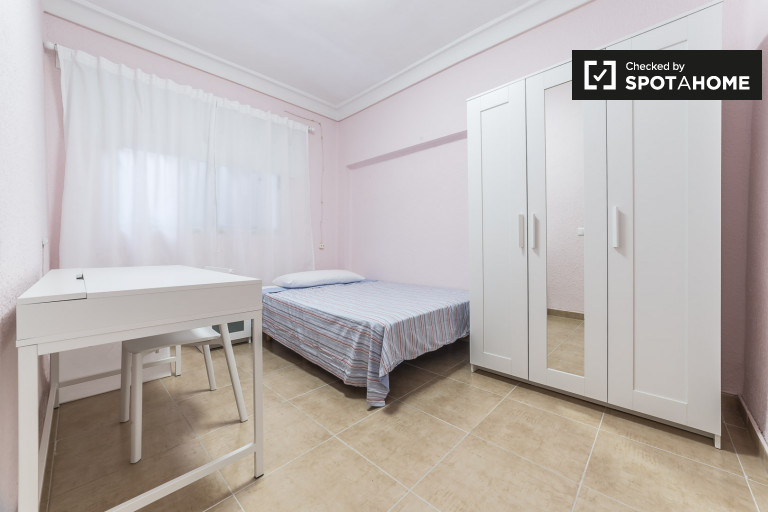 Grande chambre dans un appartement partagé à Camins al Grau, Valence