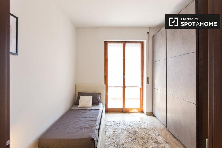 Camera in affitto in appartamento con 5 camere da letto a Tortona, Milano