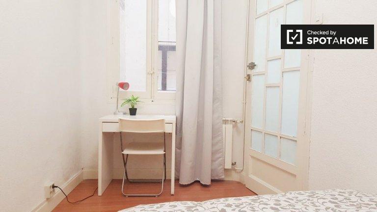 Comfortable room in 6-bedroom apartment in Malasaña, Madrid