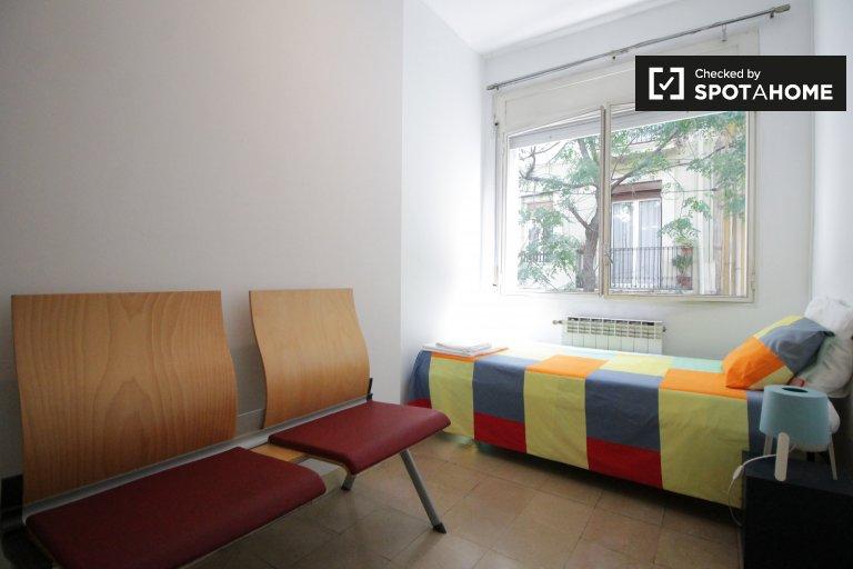 Pokoje do wynajęcia w 3-pokojowym mieszkaniu w Barcelonie
